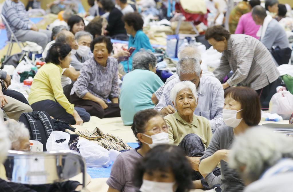 台風19号で千葉県館山市の避難所となっている房南学園の体育館には約320人が避難した=12日午後(納冨康撮影)
