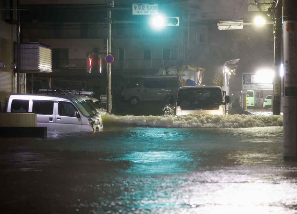 台風19号による大雨で、冠水した住宅地=12日午後8時59分、東京都世田谷区