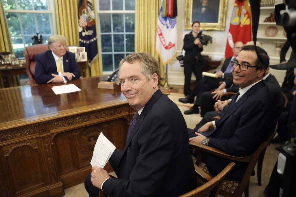トランプ米大統領(左)と中国の劉鶴副首相との面会に出席するライトハイザー通商代表(中央)とムニューシン米財務長官=11日、ワシントン(AP)