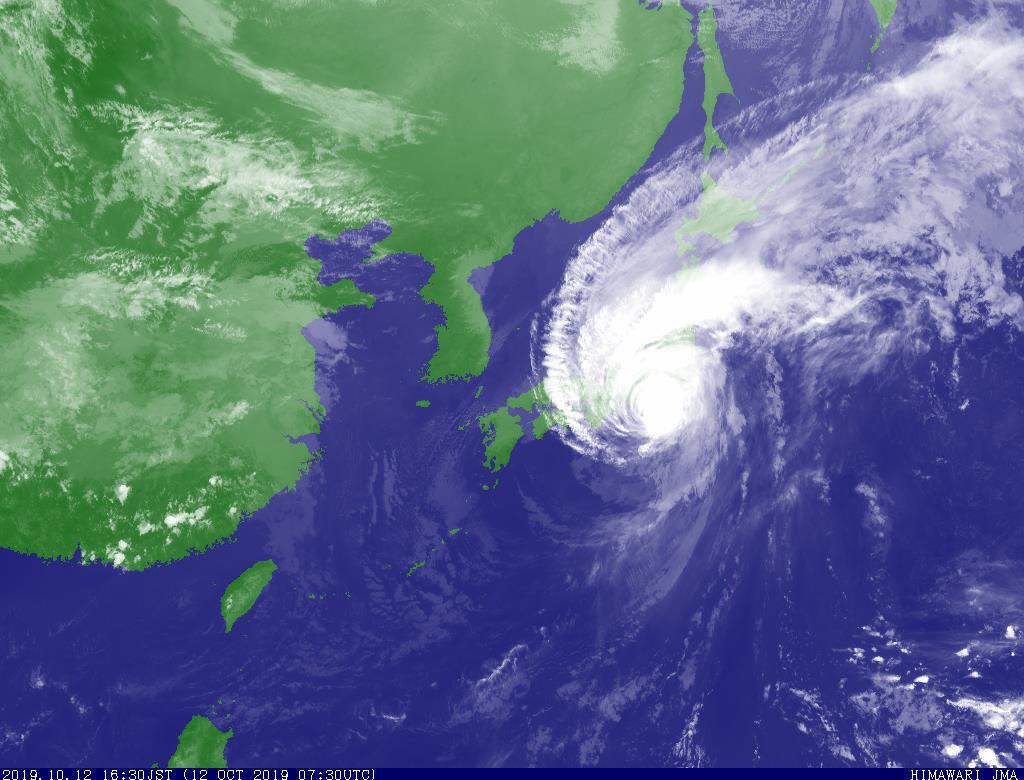 気象衛星が捉えた、12日16時30分の台風19号(気象庁提供)