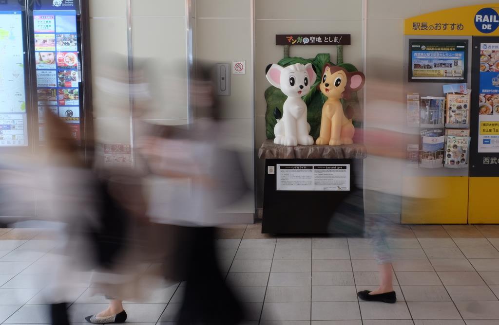 人通りの多い駅構内に設置された「レオ&ライヤ」像=豊島区の西武池袋線東長崎駅(鵜野光博撮影)