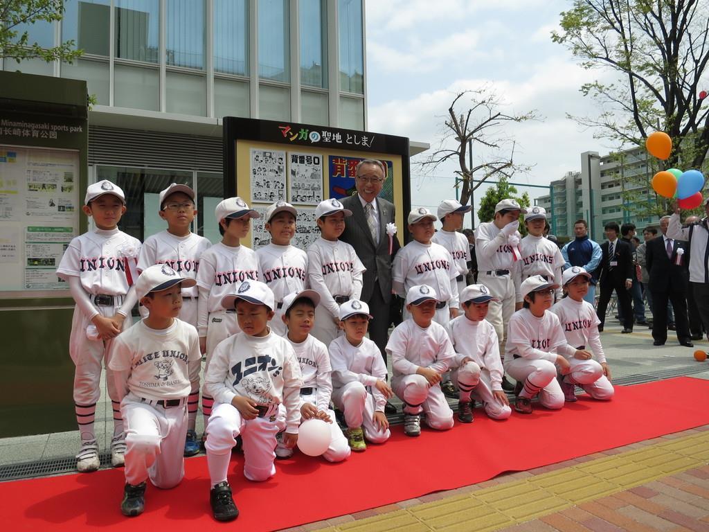 少年野球チームの子供たちが参加した「背番号0」モニュメントの除幕式=平成28年4月16日、豊島区南長崎(区提供)