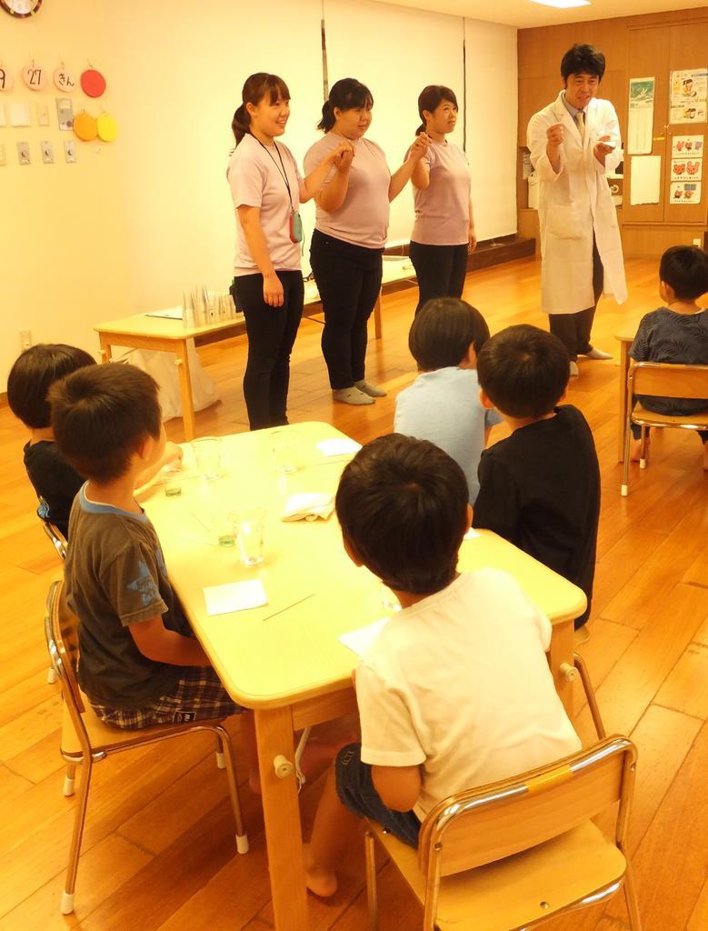 アドリブで保育士が手をつなぎ、水の分子結合をわかりやすく伝える一幕も=東京都港区の「にじのいるか保育園 芝浦」