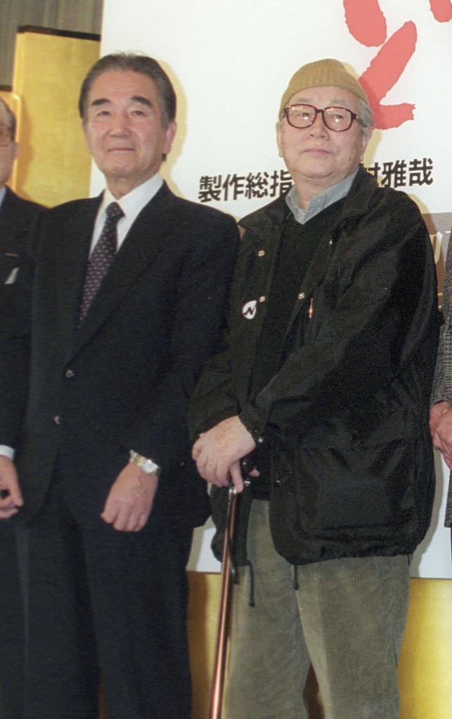 映画「どら平太」の製作発表に臨む西岡善信さん。右は市川崑監督=平成11年