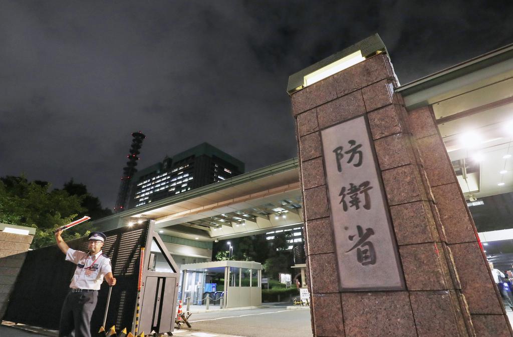 防衛省は自治体の要請を待たずに救援活動ができるよう関東地方を中心に自衛隊員1万7千人の即応態勢をとった=東京都新宿区