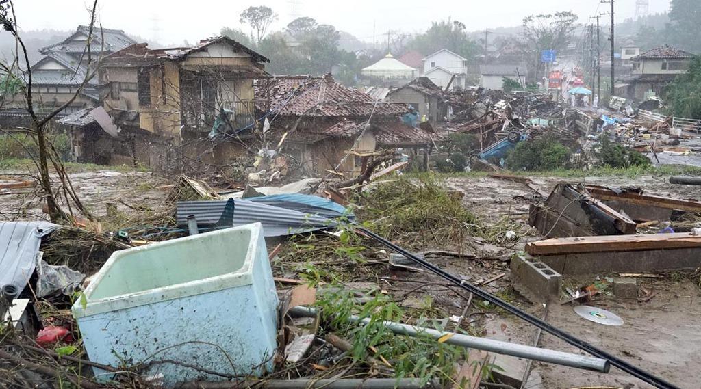竜巻とみられる強風により被害を受けた千葉県市原市の現場=12日午前10時4分