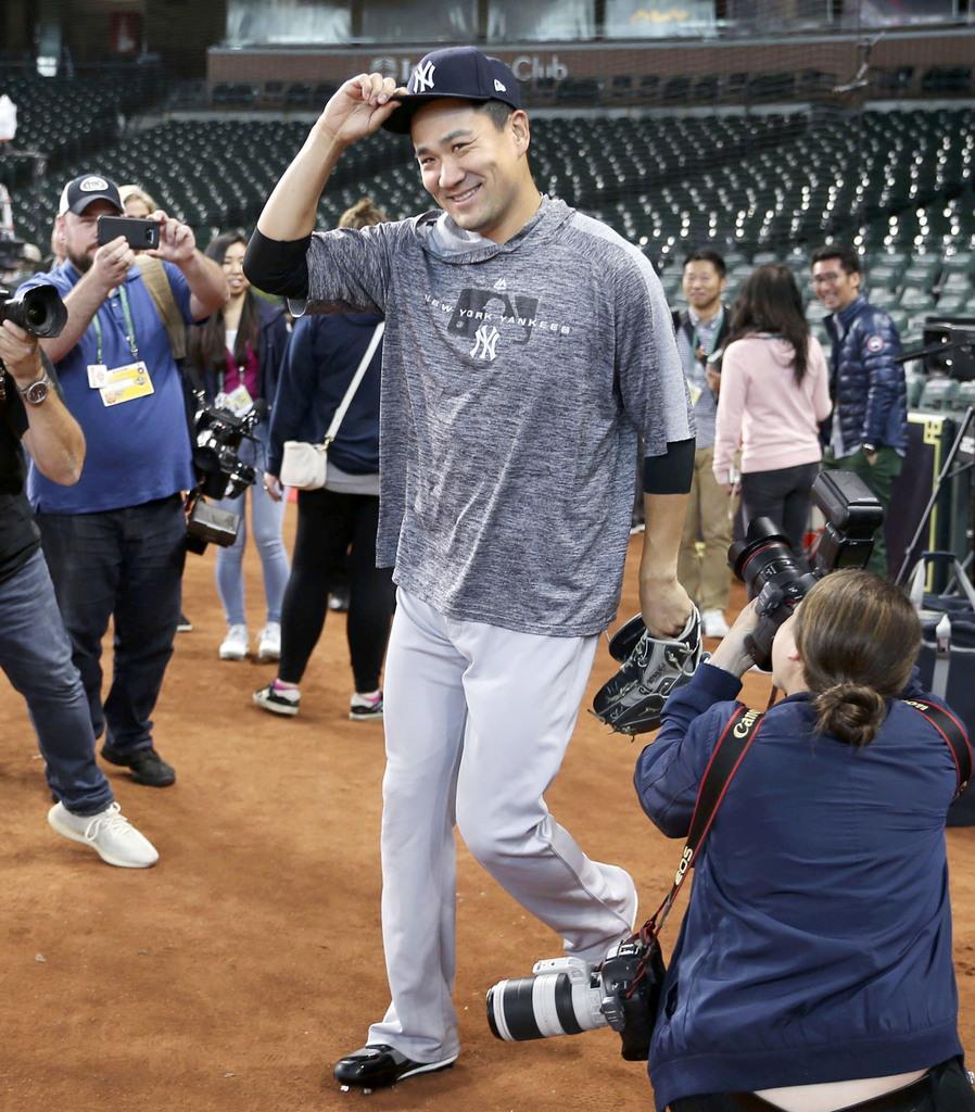 第1戦に先発することが決まり、笑顔で練習に向かうヤンキース・田中=ヒューストン(共同)