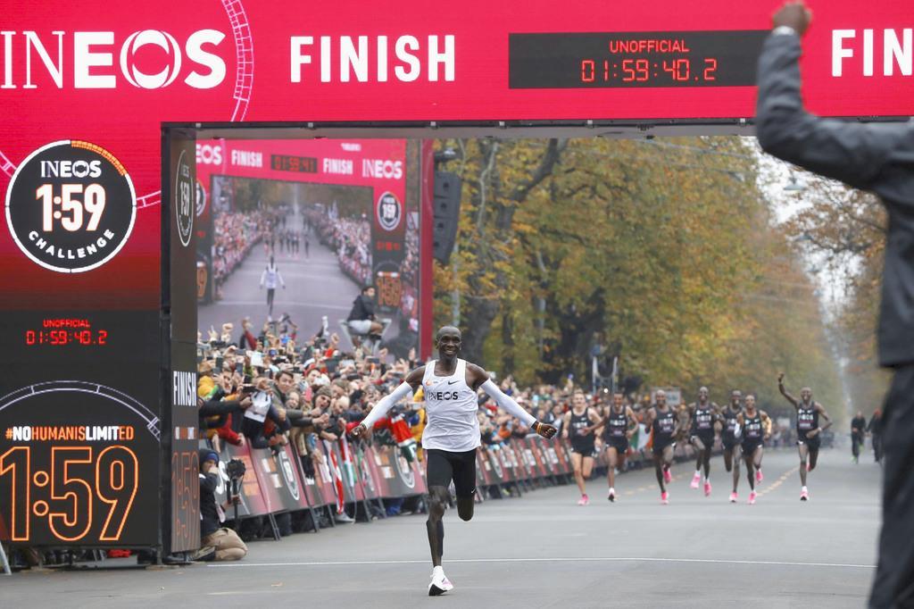 特別レースで非公認ながら、マラソン史上初となる2時間切りを達成した男子マラソン世界記録保持者のエリウド・キプチョゲ=12日、ウィーン(ロイター)