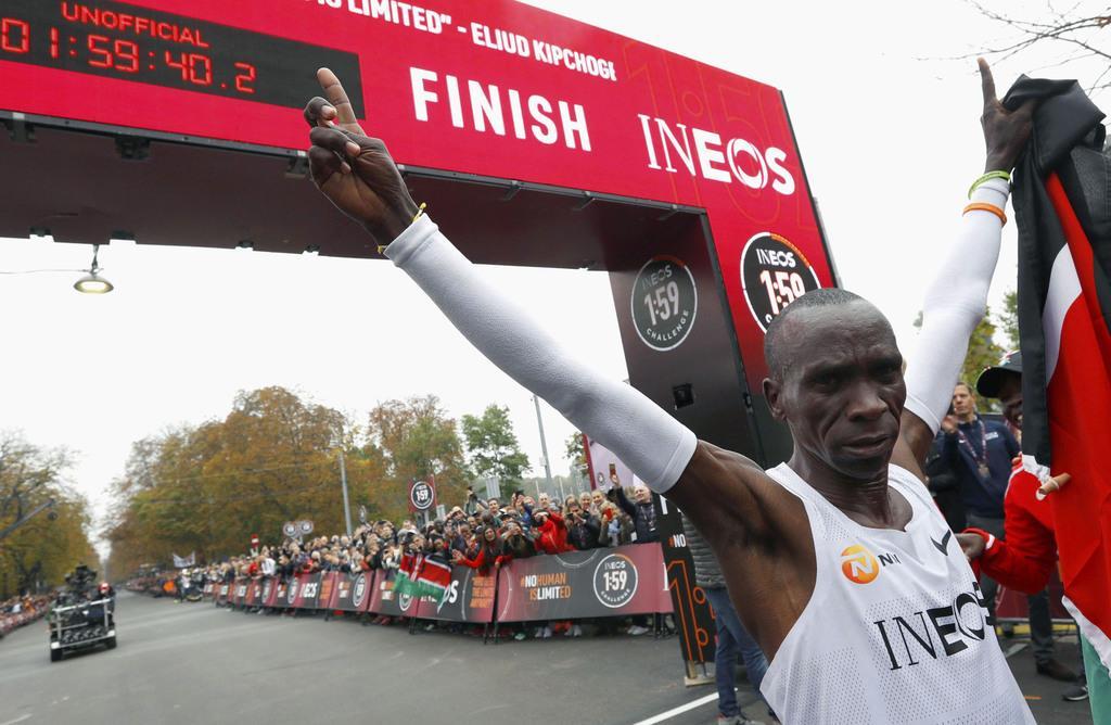 特別レースで非公認ながら、マラソン史上初となる2時間切りを達成した男子マラソンの世界記録保持者のエリウド・キプチョゲ=12日、ウィーン(ロイター)