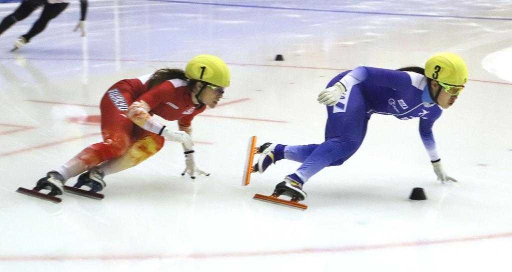 女子500メートル決勝で、2位の神長汐音(右)と競り合う優勝した菊池純礼=帝産アイススケートトレーニングセンター