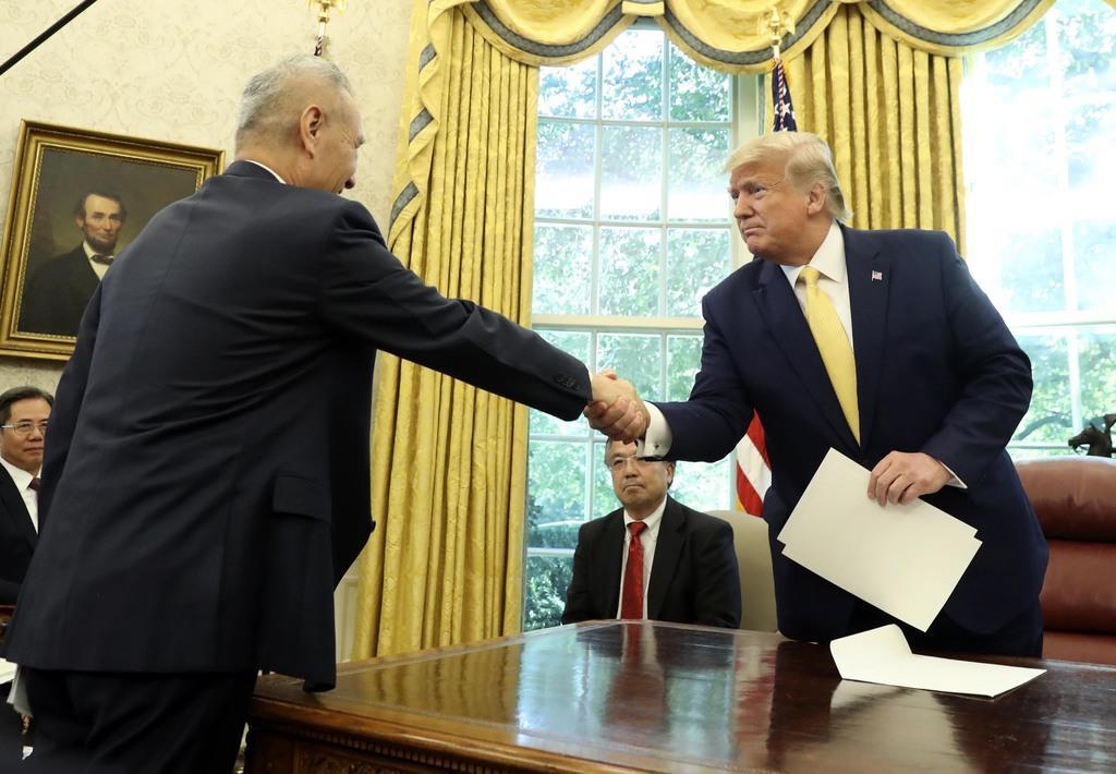 ホワイトハウス内で中国の劉鶴副首相(左)と面会したトランプ米大統領=11日、ワシントン(AP)