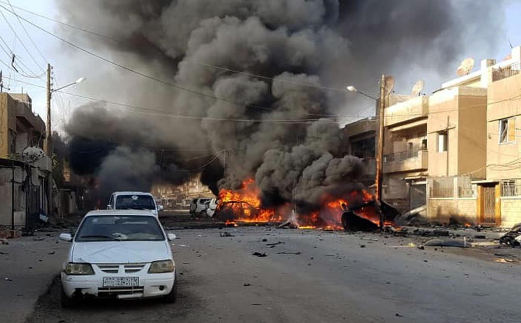 炎を上げる車(シリアのクルド系通信社ANHA提供・AP)=11日、シリア北東部カミシュリの爆発現場