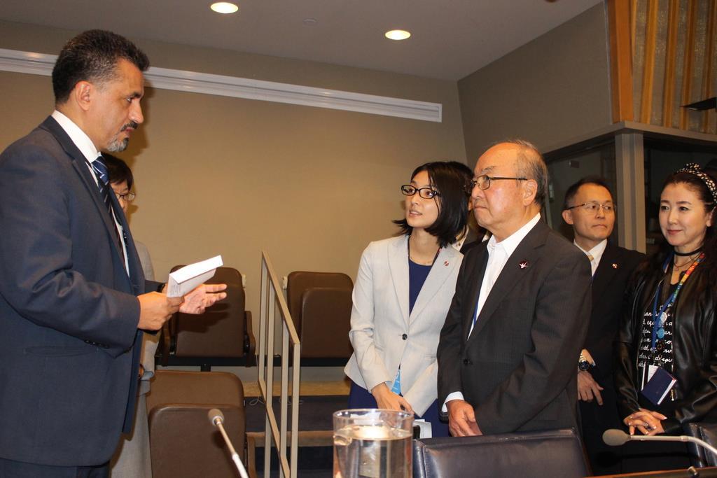 「ヒバクシャ国際署名」の目録を提出する日本原水爆被害者団体協議会(被団協)の藤森俊希事務局次長(右から3人目)=11日、米ニューヨークの国連本部で(上塚真由撮影)