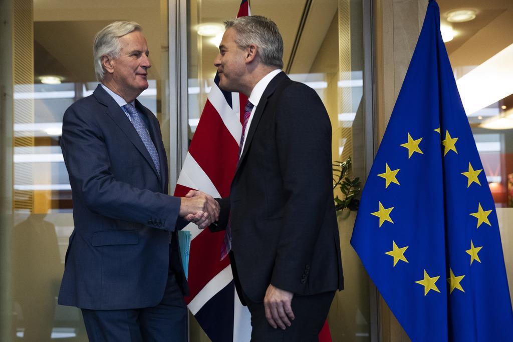 英国の欧州連合(EU)離脱をめぐり、英国のバークレイ離脱担当相(右)とEUのバルニエ首席交渉官(左)が会談した=11日、ブリュッセル(AP)