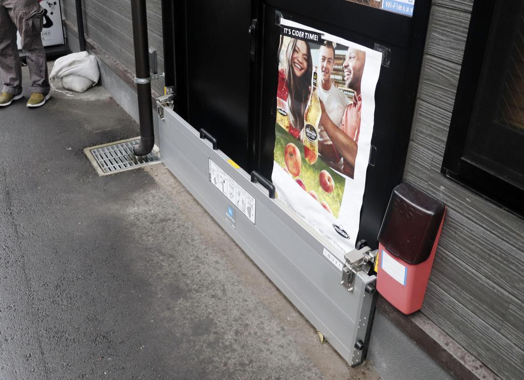 浸水を防ぐため、飲食店の出入り口に設置されたカバー=12日午後、岩手県釜石市