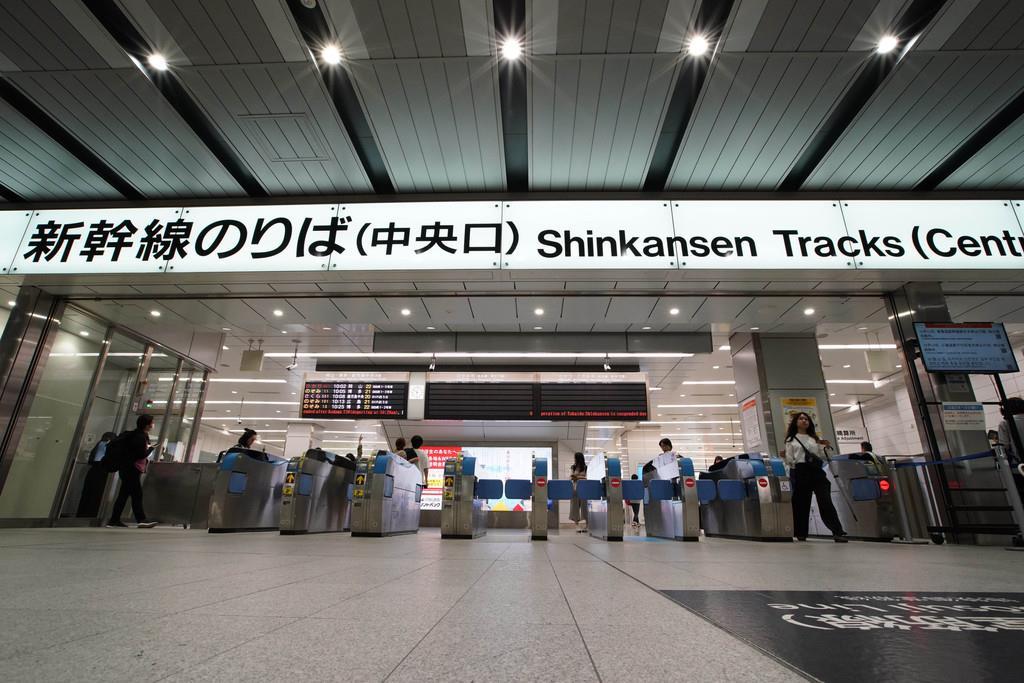 12日は閑散としていたJR新大阪駅の新幹線改札口=12日、大阪市淀川区(恵守乾撮影)