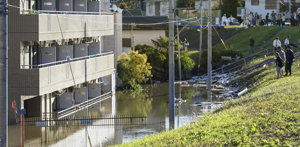 台風19号で浸水被害があったマンション。1階部分で住民が死亡した=13日午前6時51分、川崎市