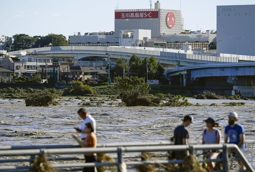 台風19号による大雨で増水し濁流となった多摩川。手前側は神奈川県川崎市、対岸は東京都世田谷区=13日午前7時48分
