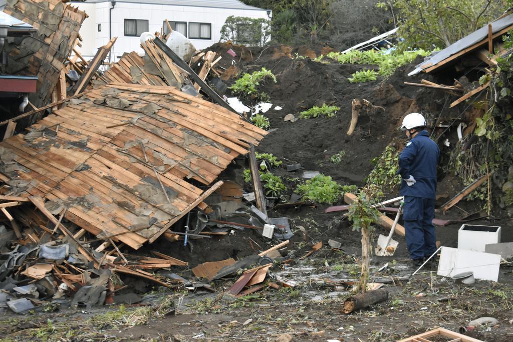 土砂崩れで倒壊した家=13日午前、群馬県富岡市