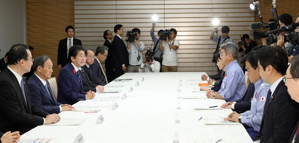 台風第19号に関する関係閣僚会議で国民と閣僚に向け発言する安倍晋三首相(左手前から3人目)=13日午前、首相官邸(春名中撮影)