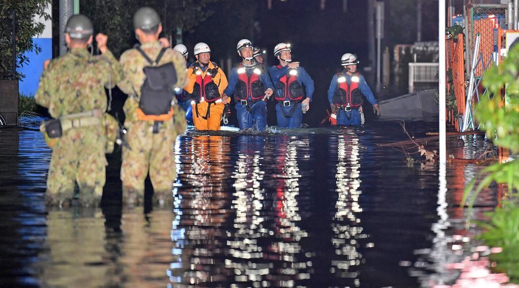 浸水した住宅街を捜索する消防隊や自衛隊の隊員ら=13日午前、東京都世田谷区(宮崎瑞穂撮影)