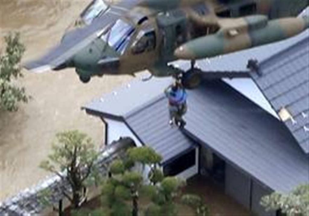 千曲川が決壊した長野市穂保で孤立した住宅から住民を救出する自衛隊ヘリ=13日午前8時28分