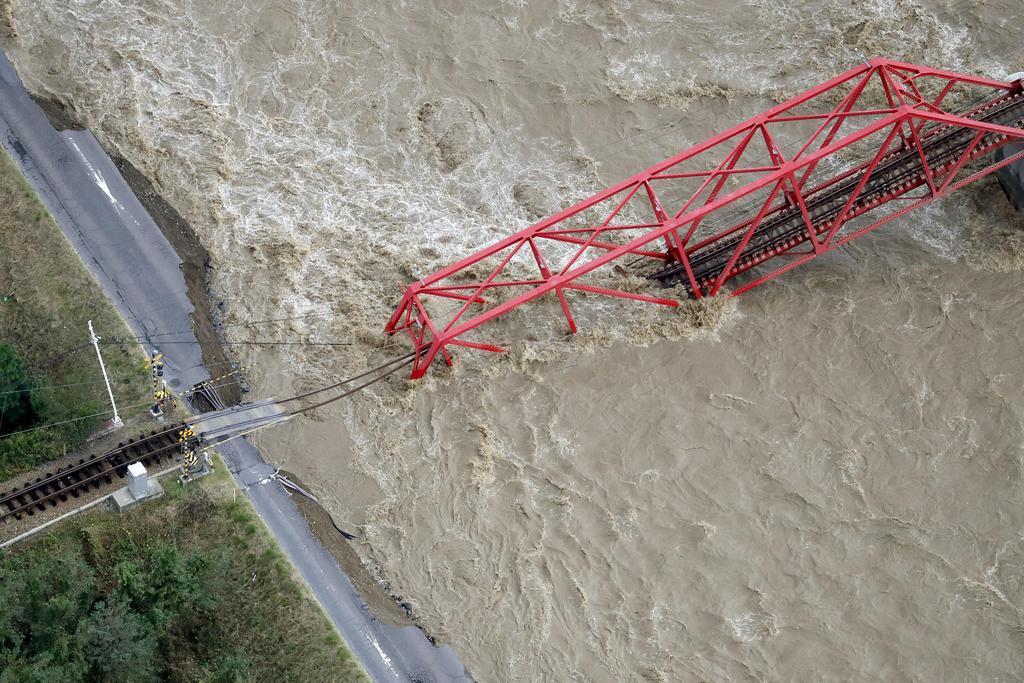 千曲川に崩落した上田電鉄別所線の橋=13日午前8時40分、長野県上田市(共同通信社ヘリから)