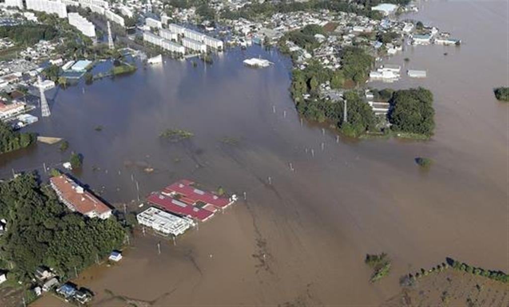 台風19号の大雨で浸水した埼玉県川越市などにまたがる入間川流域。左下が「川越キングス・ガーデン」=13日午前7時58分(共同通信社ヘリから)