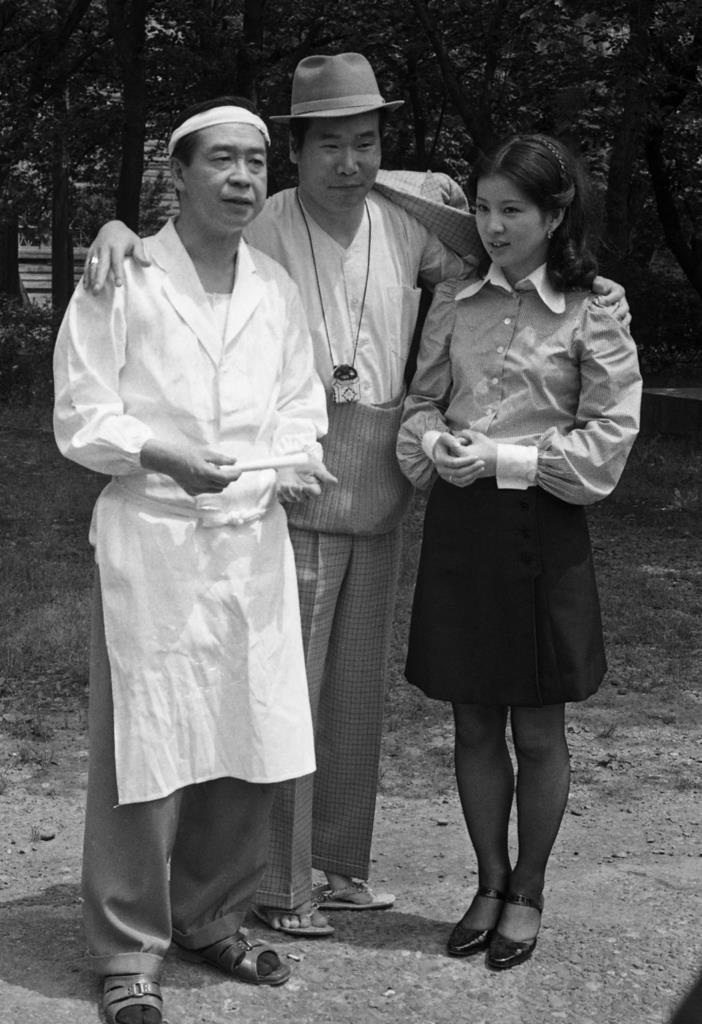 第9作『柴又慕情』撮影の合間に談笑する、左から松村達雄、渥美清、吉永小百合。松村はおいちゃん以外に教師や医師、僧侶などさまざまな役でシリーズに登場した=昭和47年5月22日、鎌倉市大船の松竹撮影所