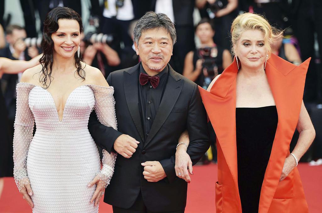 ベネチア国際映画祭でカトリーヌ・ドヌーヴ(右)とジュリエット・ビノシュ(左)とともにレッドカーペットを歩く=8月28日、イタリア・ベネチア(ゲッティ=共同)