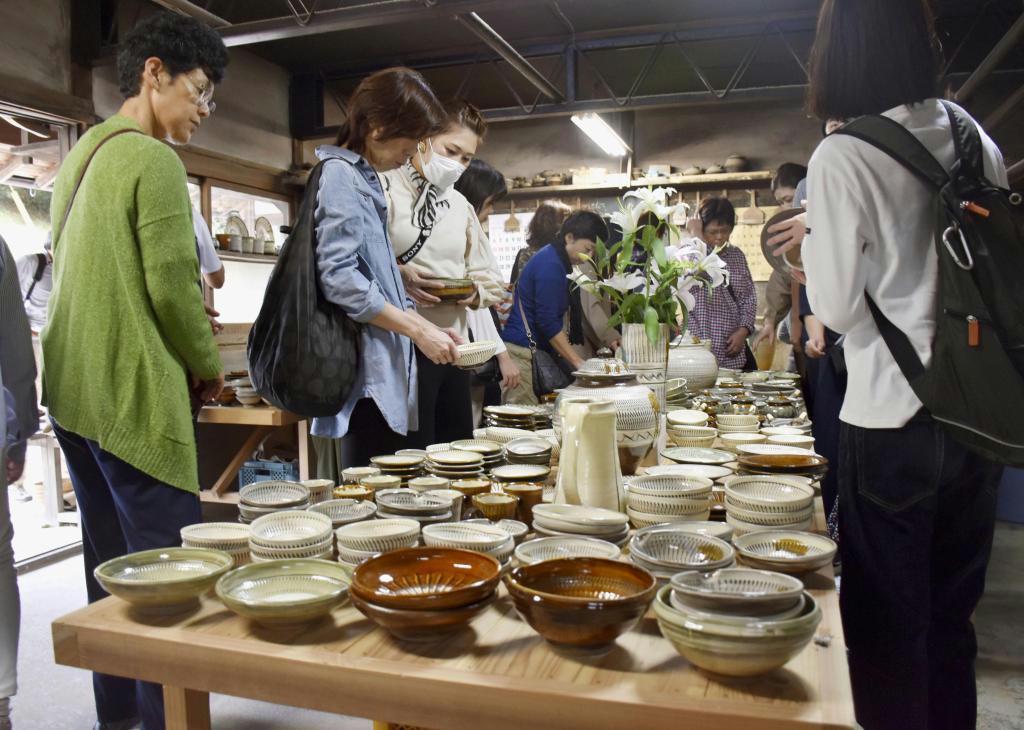 「小鹿田焼民陶祭」で陶器を選ぶ人たち=12日午前、大分県日田市