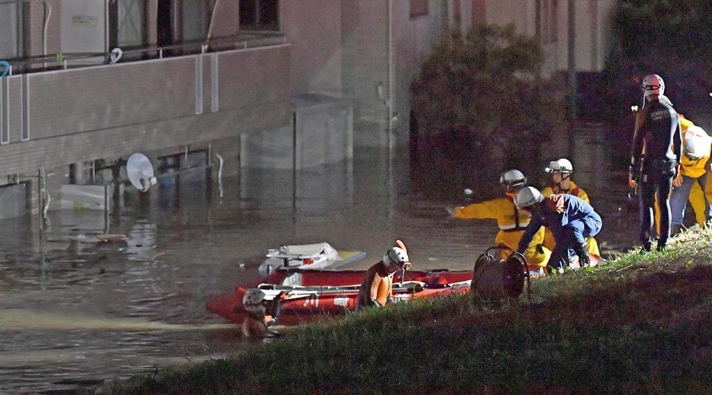 浸水したマンションを捜索する消防隊員ら=13日午前、川崎市高津区(宮崎瑞穂撮影)