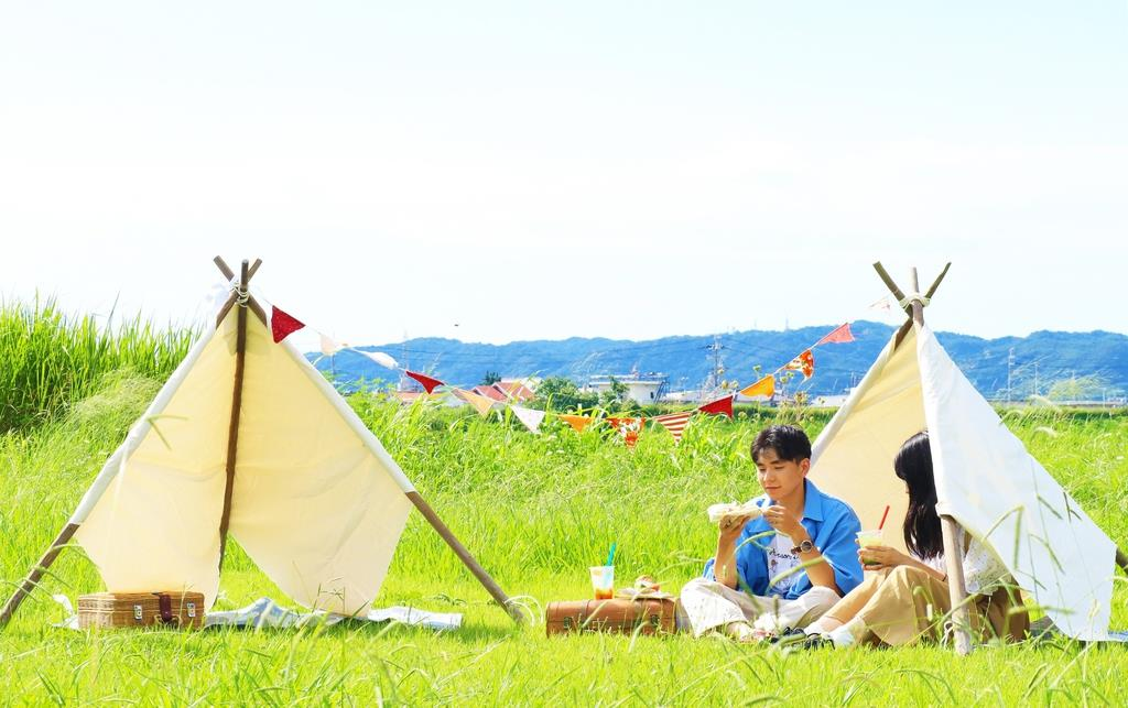 イベントでは、河川敷のピクニックや紀の川のカヌーなどが楽しめる=和歌山市(実行委員会提供)
