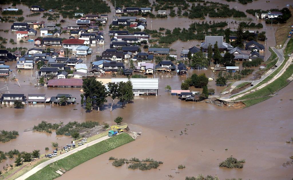 決壊した千曲川の堤防。市内では浸水被害が相次いだ=13日午前11時48分、長野市(本社ヘリから、渡辺恭晃撮影)