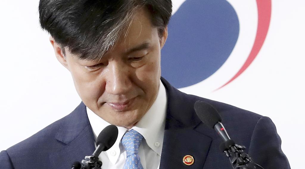 14日、ソウル近郊の政府合同庁舎で、検察改革案を発表する韓国のチョ・グク法相(AP)