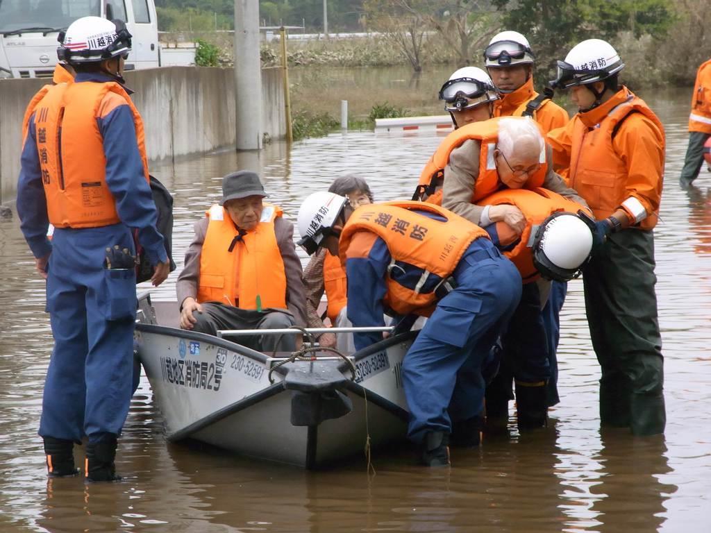 周辺の道路で水が引かないため、ボートで救出される高齢者施設の入居者ら=14日、埼玉県川越市(福田涼太郎撮影)