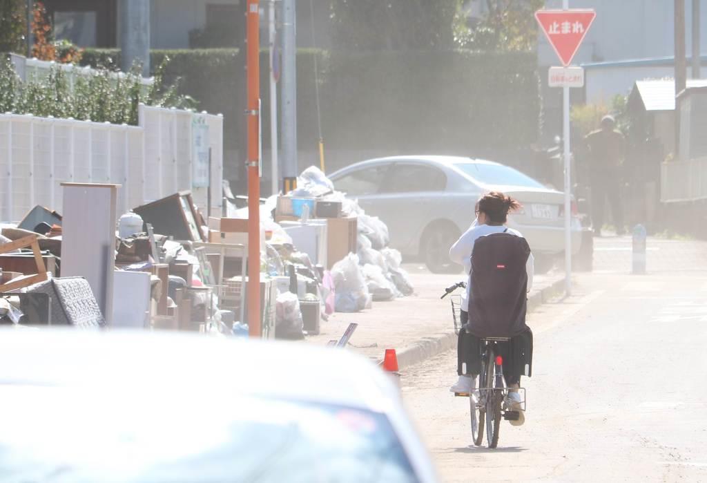 ほこりが舞う郡山市内。歩道には廃棄された家財が並んでいた=15日、福島県(芹沢伸生撮影)