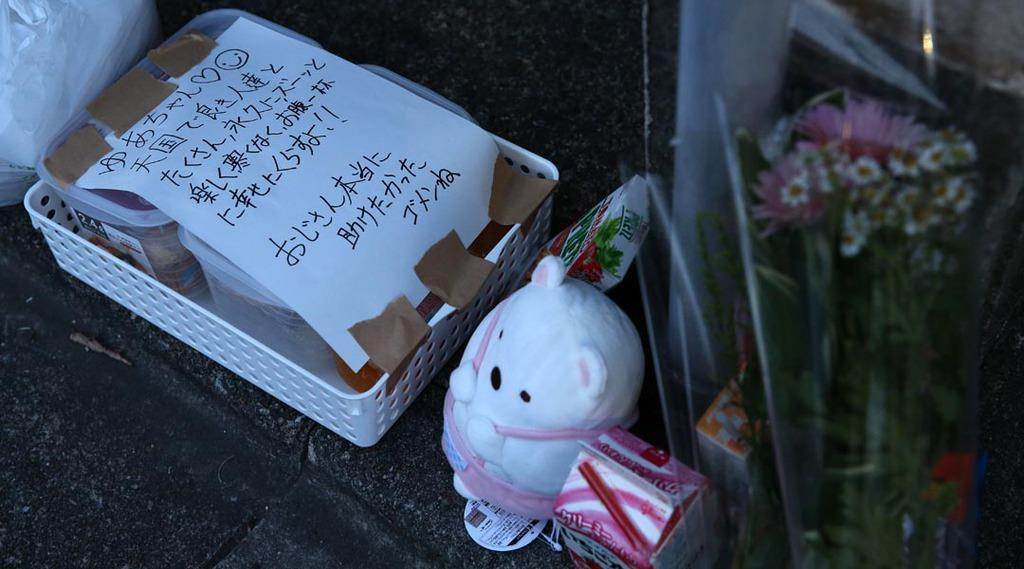 船戸結愛ちゃんが暮らしていたアパートの前に供えられたメッセージや花=東京都目黒区