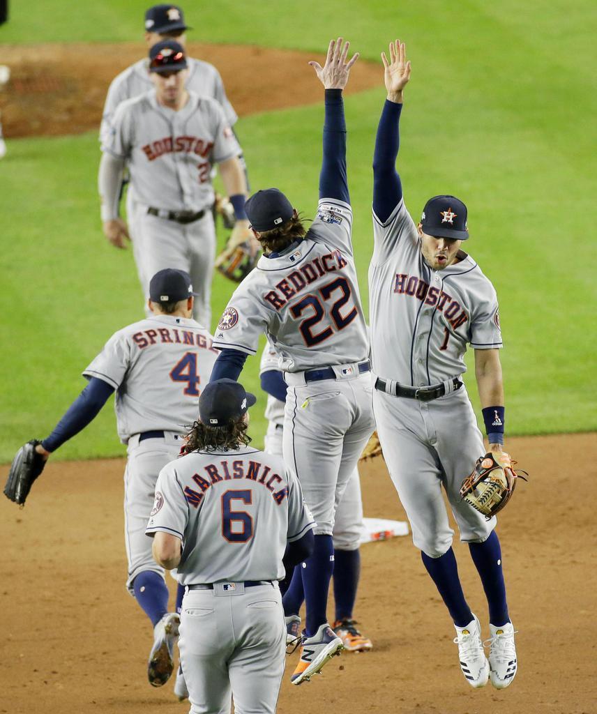 ヤンキースに勝利し、喜ぶコレア(右端)らアストロズナイン=ニューヨーク(UPI=共同)