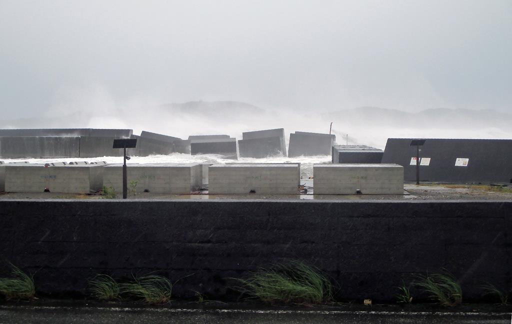 台風19号の高波で破損した和歌山県串本町の動鳴気漁港の堤防=12日午前(町提供)
