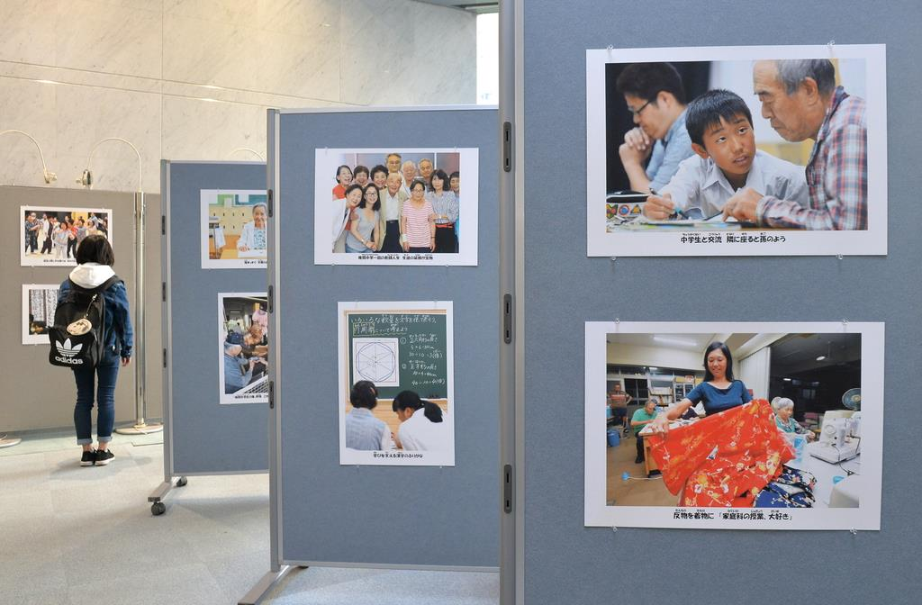 大阪府立中央図書館で始まった「夜間中学はいま」のパネル展=16日午後、大阪府東大阪市(安元雄太撮影)