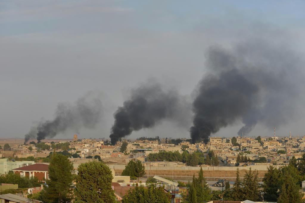 トルコ軍の爆撃により黒煙を上げるシリア北東部の町ラス・アルアイン=9日(ロイター)