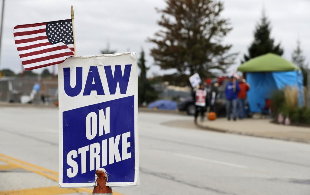 ストライキを続けるUAW加盟のGM従業員たち=10月16日、オハイオ(AP)