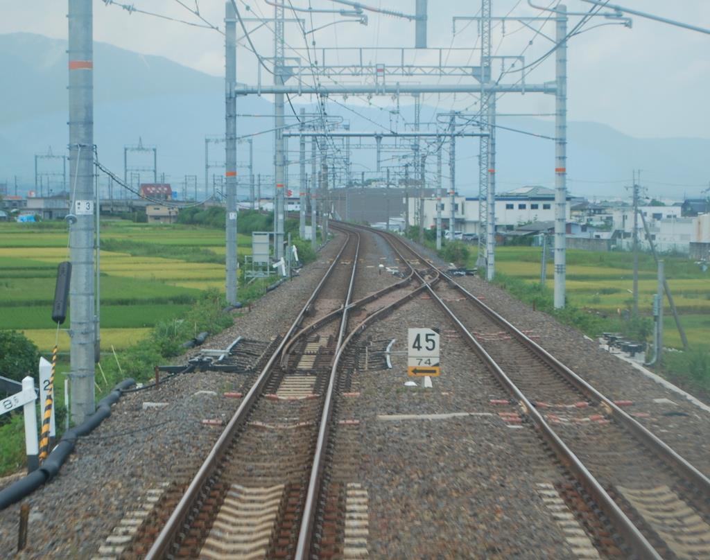和邇駅の堅田側に設けられた渡り線。列車は下り線から右側の上り線に入る