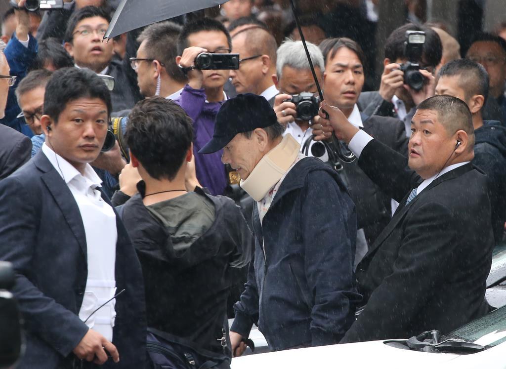 JR名古屋駅に到着し、迎えの車に乗り込む山口組の高山清司若頭(中央)=18日午前8時51分、名古屋市中村区