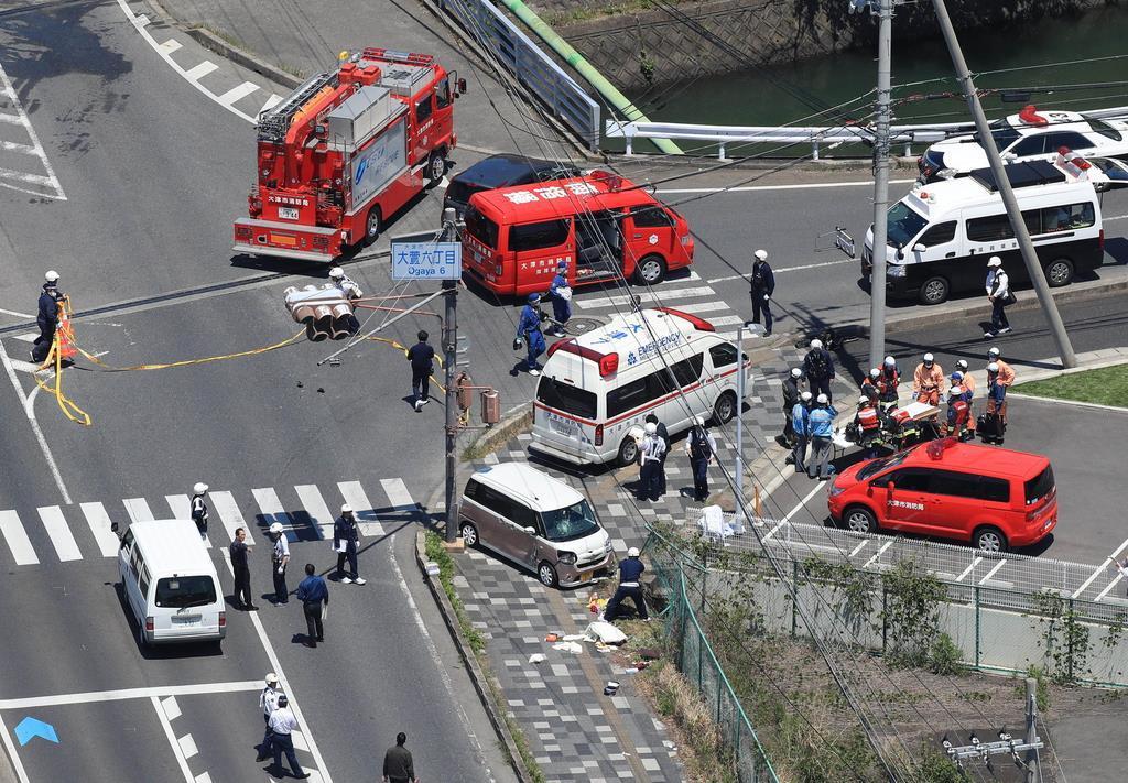 保育園児の列に車が突っ込んだ現場=5月8日午前、大津市(本社ヘリから、恵守乾撮影)
