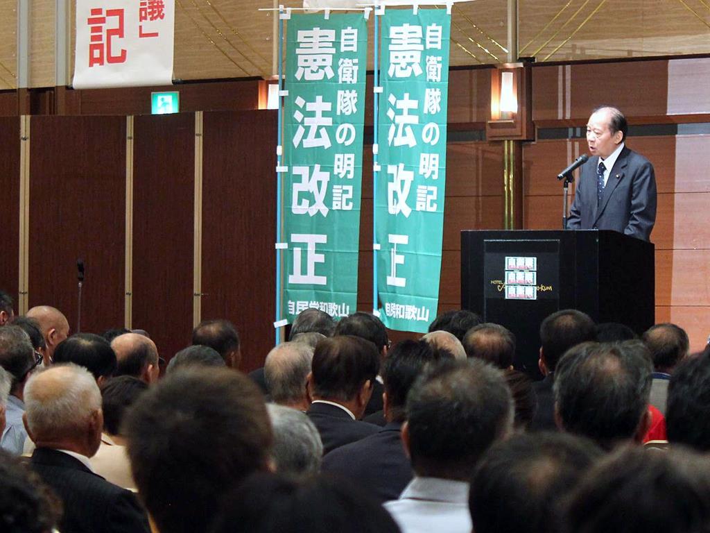 憲法集会で挨拶する自民党の二階俊博幹事長=18日、和歌山市