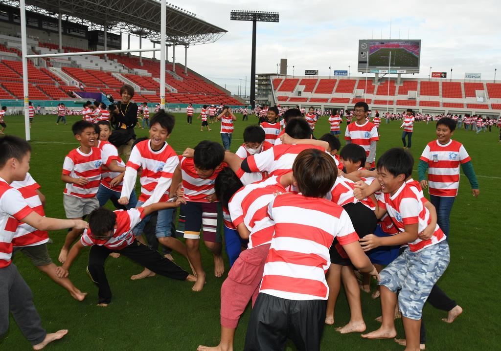 ラグビー・ワールドカップの日本代表になりきってスクラムを楽しむ子供たち=大阪府東大阪市