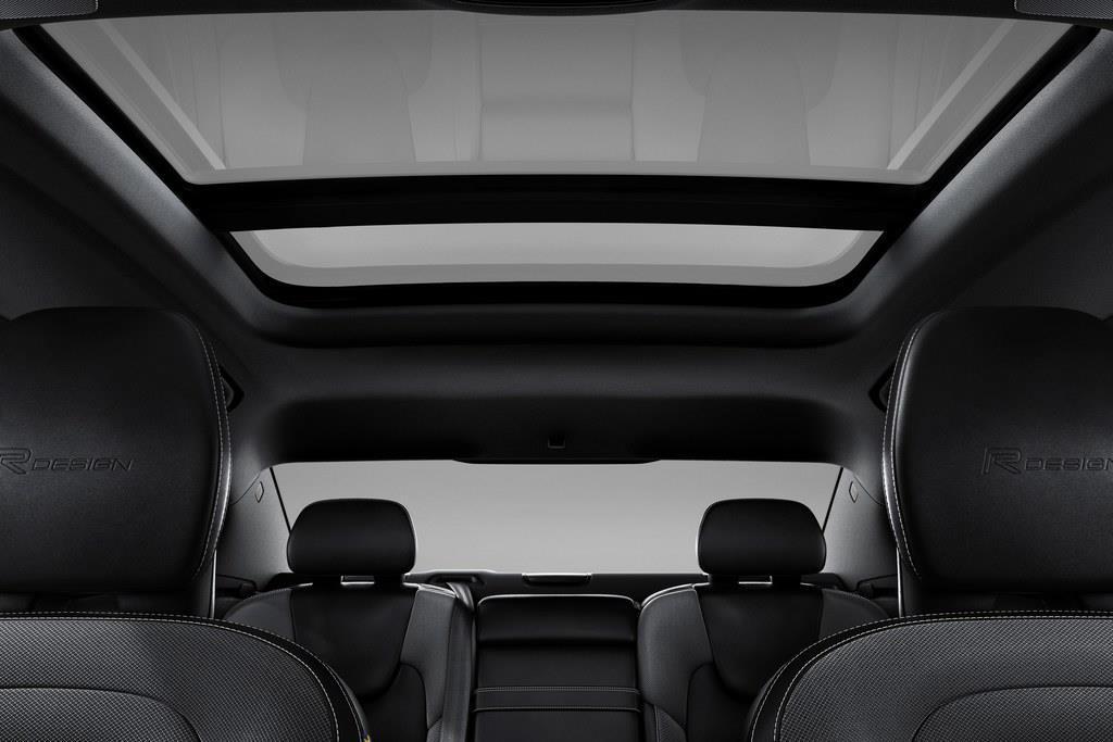 ステーションワゴンとおなじく、開口部のひろい電動パノラミック・ガラス・スライディング・ルーフも選べる。