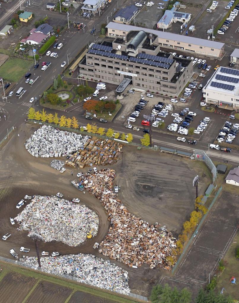 宮城県丸森町役場前の丸森町民グラウンドに集められた災害ごみ=10月20日